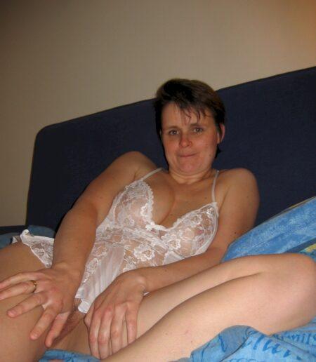 Chienne sexy cherche son amant pour un plan sexe sur la Sarthe