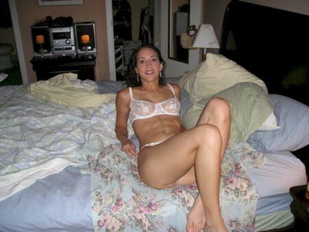 Très jolie femme seule qui a besoin d'un plan entre coquins